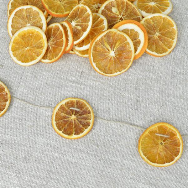 Girlang av torkade apelsinskivor